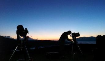 Preparant la observació astronòmica amb telescopi i licors pirinencs (Port de la Bonaigua)